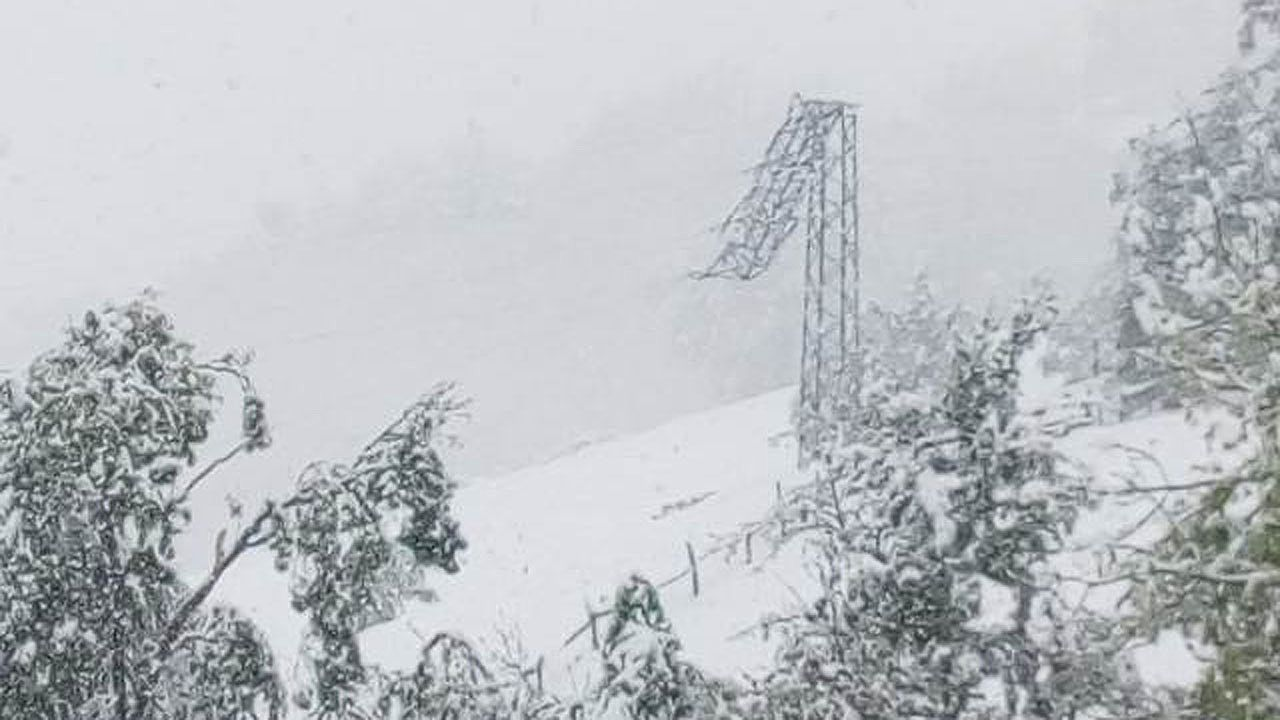 Una torre eléctrica rota, en San Martín de Teverga