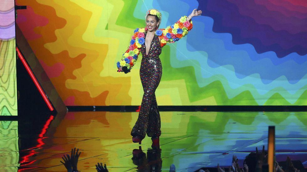 Miley Cyrus sobre el escenario durante la gala