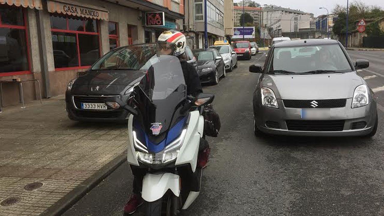 Polémica vecinal en Acea de Ama por coches que ocupan más de una plaza.Un coche de Cabify recoge a una usuaria frente al puerto de A Coruña