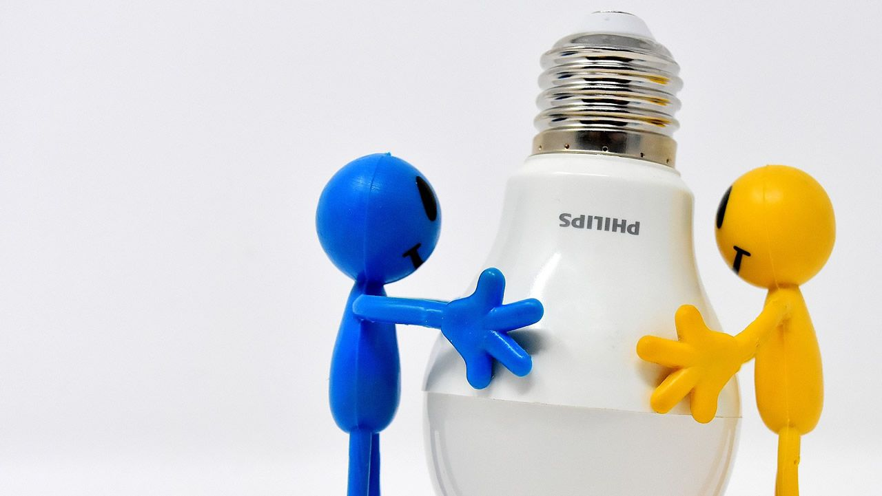 Adiós bombillas halógenas, hola LED.El presidente de UCE, Dacio Alonso, presenta una campaña en la sede