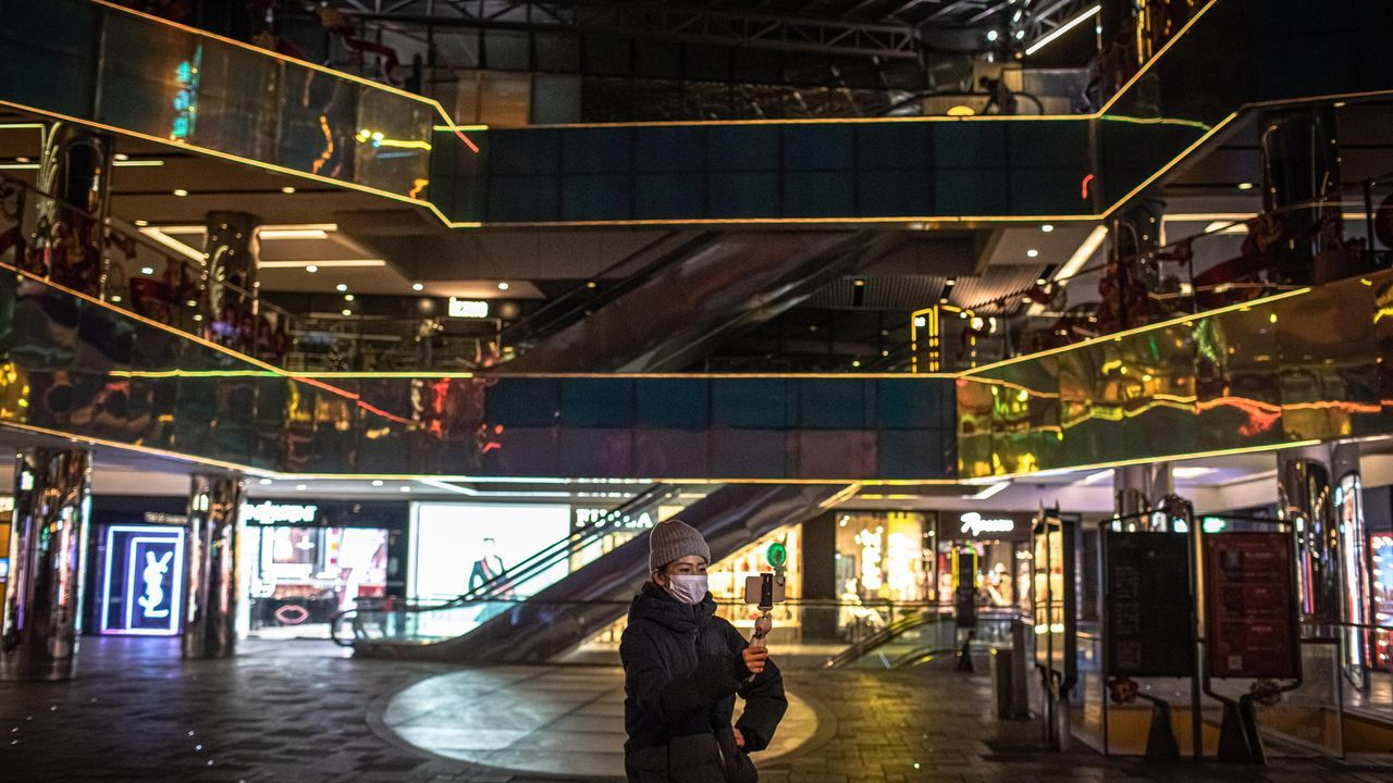 Distrito comercial de Sanlitun, en Pekin. Es, normalmente, una de las zonas más concurridas de la capital.