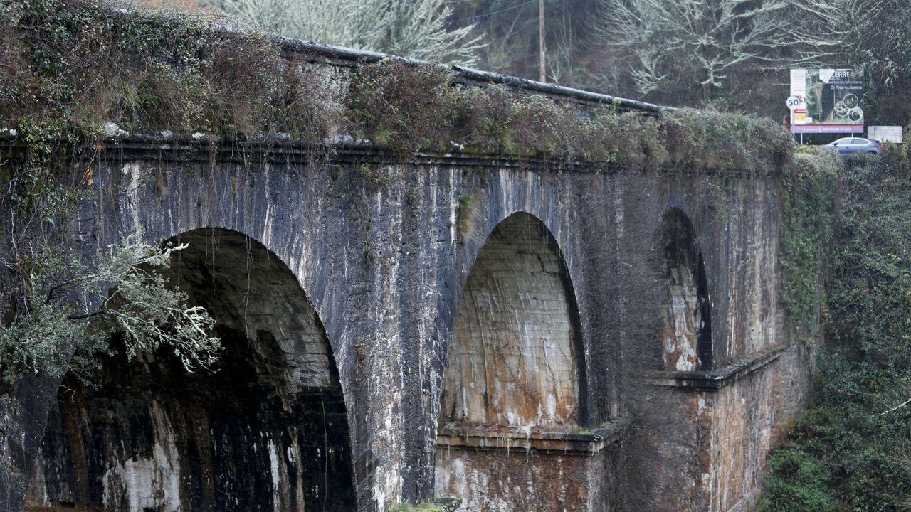 Ponte de Cruzul (Becerreá). Camino Real. Tiene una longitud de 93 metros, una altura de 29, y un ancho de calzada de 8. Es la primera infraestructura de la ingeniería civil moderna (XVIII) y usada como N-VI.