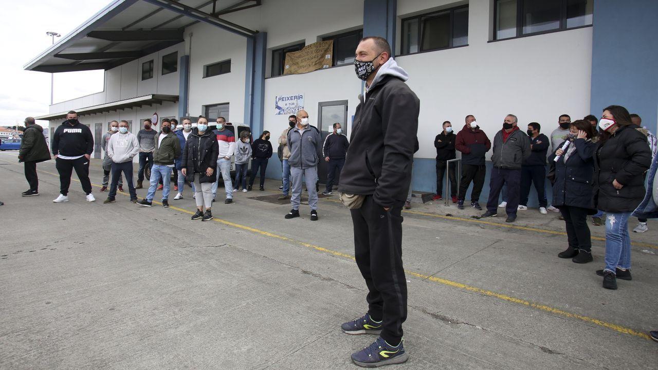 Concentración delante de la cofradía de Ferrol, ayer a mediodía