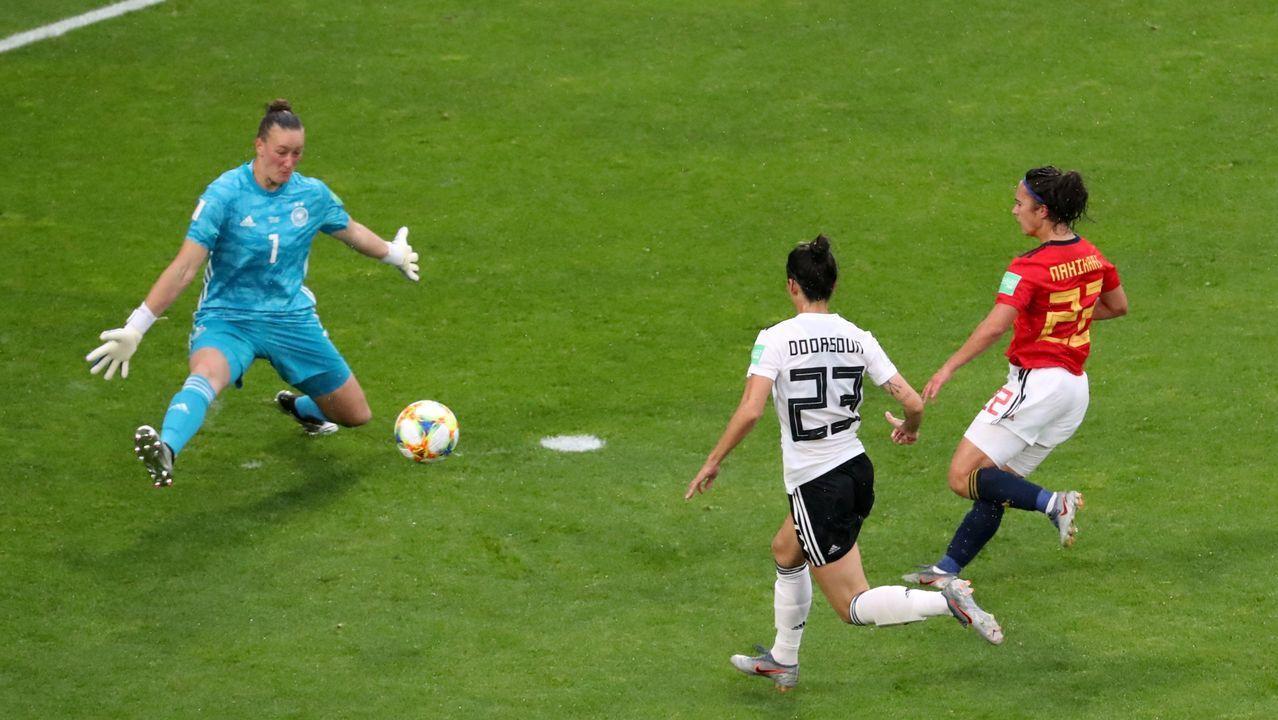 La jugadora asturiana de la selección española, Lucía García (i), pelea por el balón con la de la estadounidense, Crystal Dunn