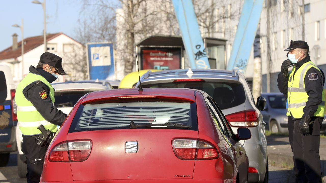 Uno de los controles conjuntos organizados por la Policía Nacional y la Local en Santiago para garantizar el cumplimiento del cierre perimetral