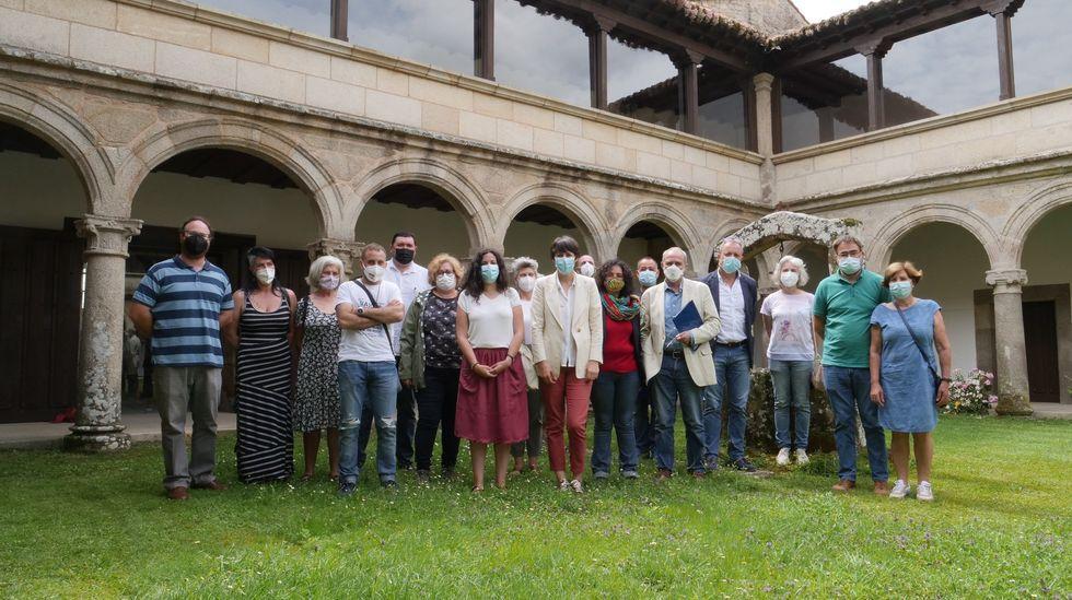 Ana Pontón se reunió con cargos del BNG y agentes sociales en el monasterio de Ferreira
