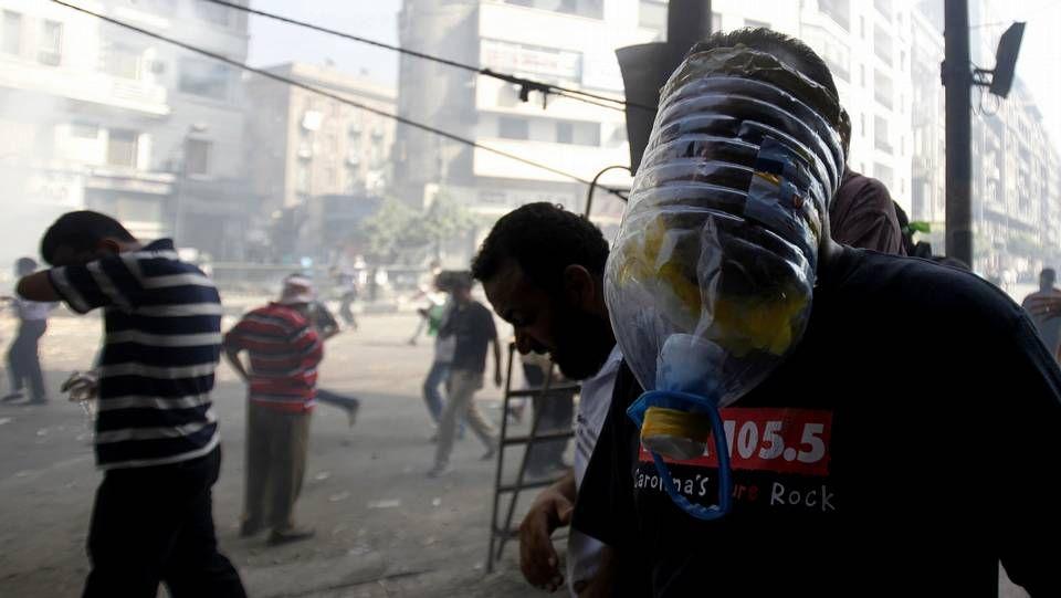 Disturbios en Egipto.<span lang= es-es >Desalojo de una mezquita</span>. Equipos especiales desalojaron por la fuerza una mezquita donde se refugiaban desde el viernes cientos de manifestantes islamistas, que tuvieron que ser protegidos de una turba de civiles exaltados que pretendían lincharlos.