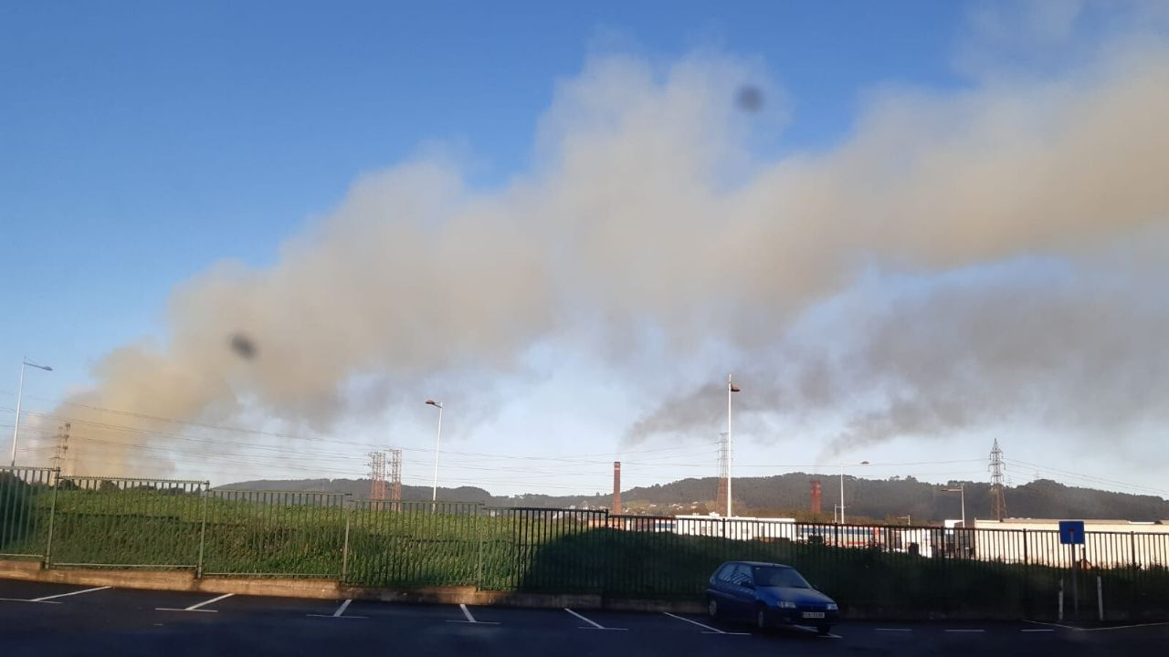 Gijon Muro de San Lorenzo corte.Nubes de contaminación industrial, hoy en Gijón
