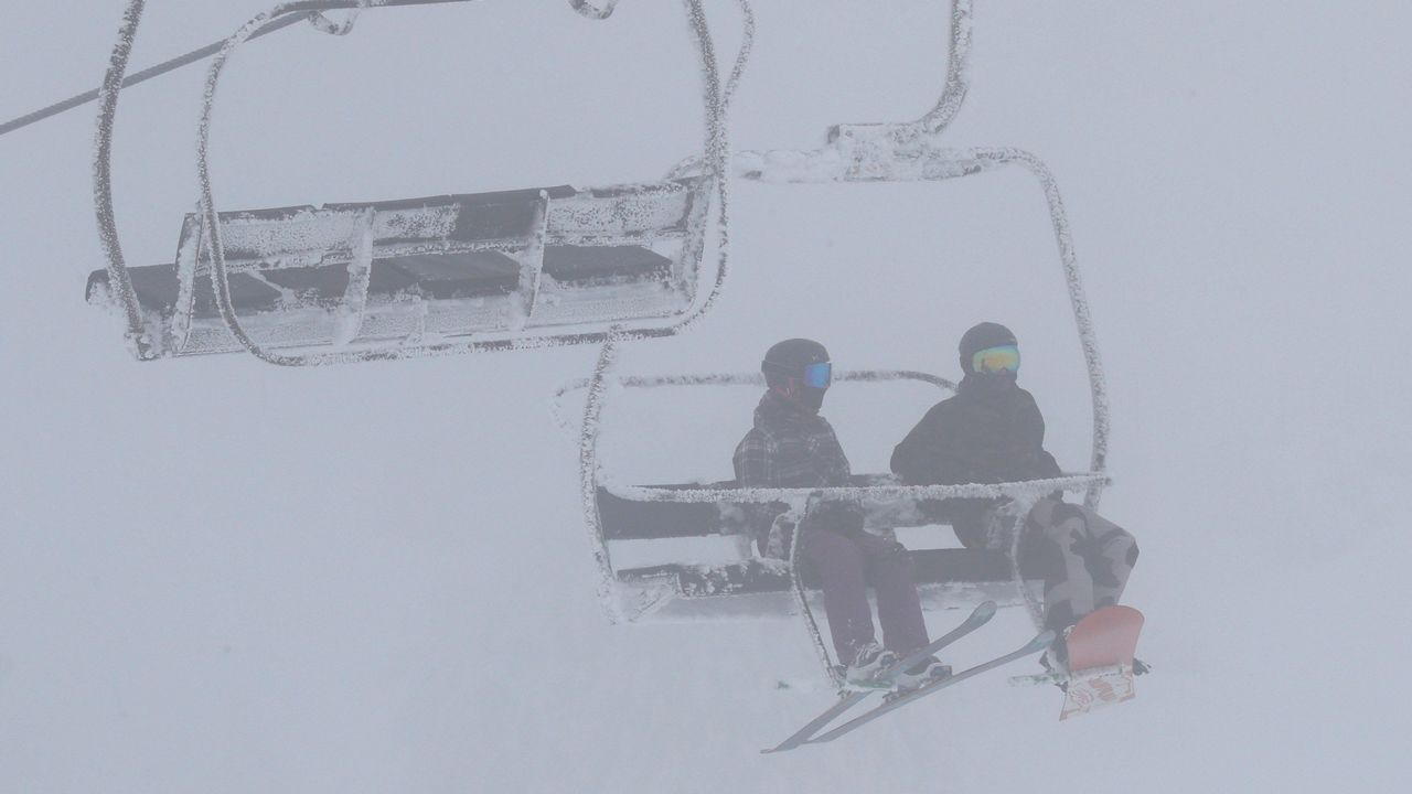 Nieve en Asturias en el mes de junio.Esquiadores en la estación de Valgrande-Pajares
