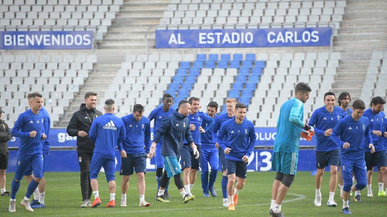 Los jugadores del Oviedo entrenando en el Carlos Tartiere