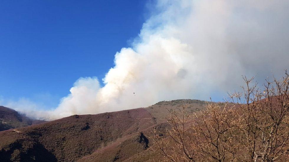 Humareda del incendio del 6 de marzo en Hórreos (Folgoso do Courel) , que quemó entre 8 y 10 hectáreas de monte