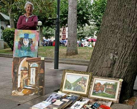 La uruguaya Miriam Alicia Pitaluga Alfonso vende sus cuadros en el mercado semanal de Carballo.