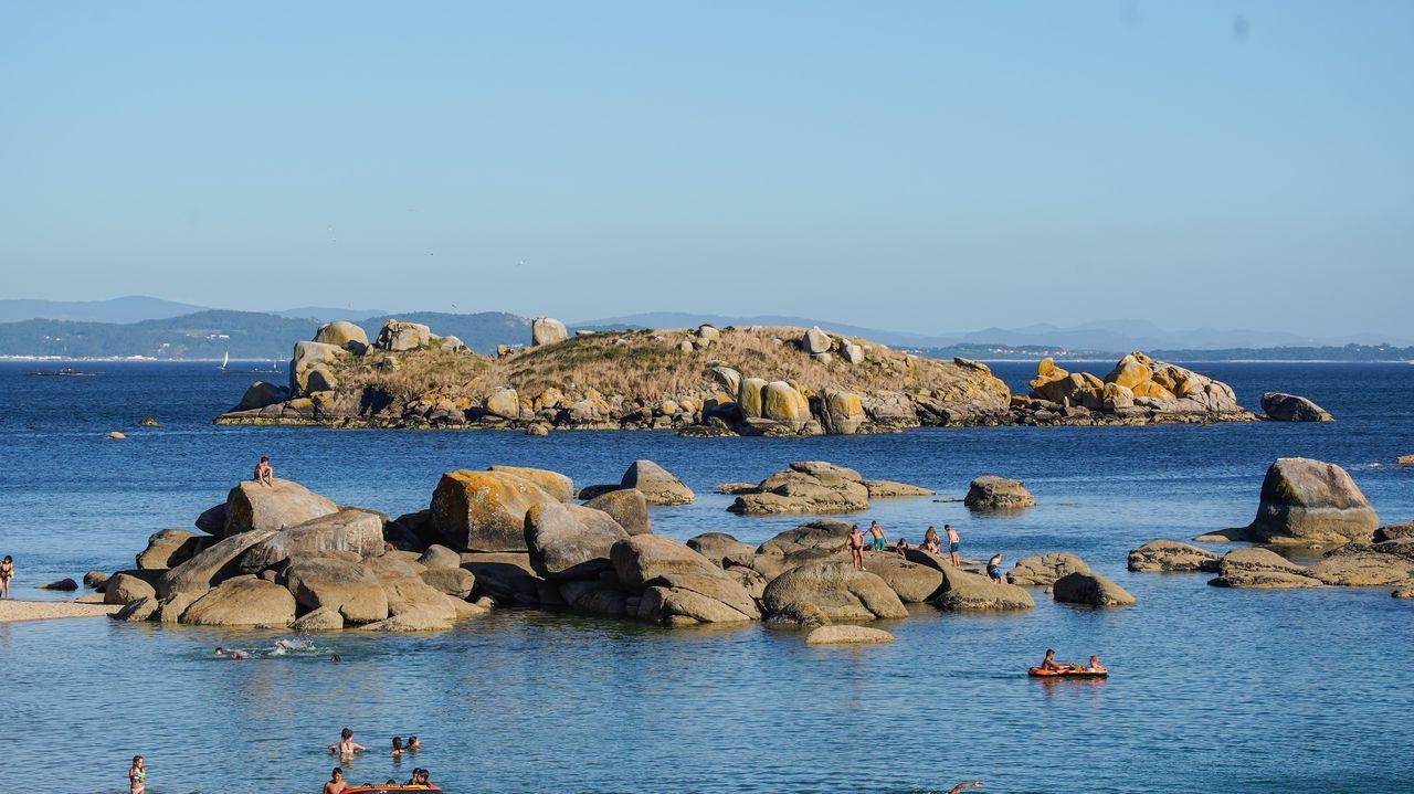 Coroso. Cerca de la playa ribeirense de Coroso se sitúa un paraje conocido como isla de Os Ratos. Es probable acceder a ella con una pequeña embarcación y recorrer su pequeña superficie.