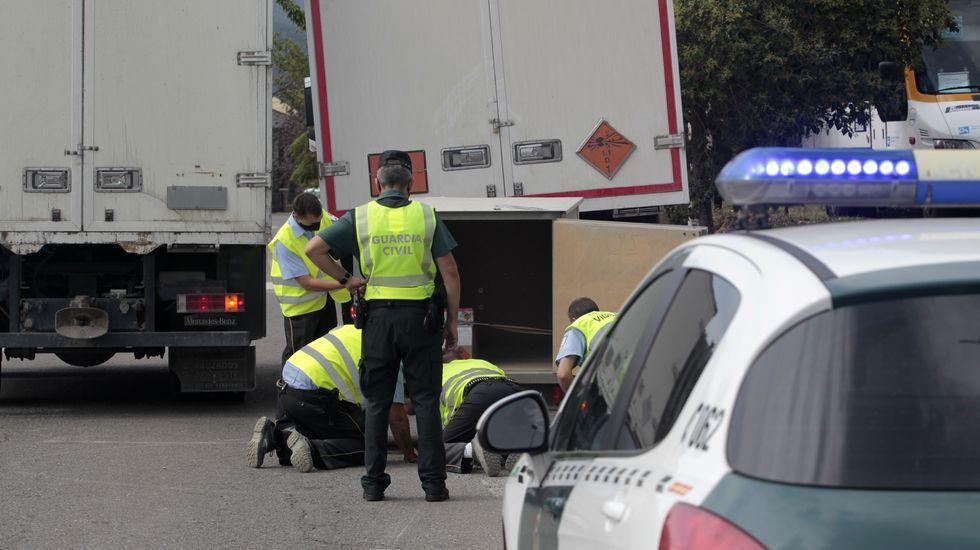 Empleados de una empresa de seguridad privada comprobaron el estado de la carga tras el accidente y la cargaron en otro remolque