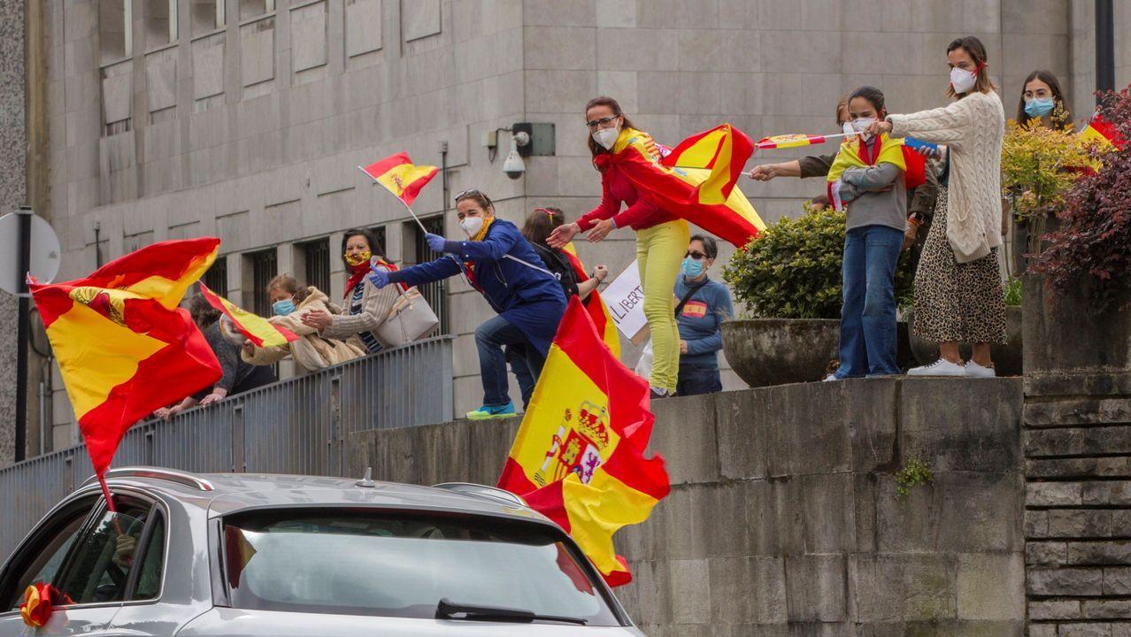 La manifestación convocada por Vox para protestar contra la gestión del Gobierno en la crisis provocada por la pandemia del nuevo coronavirus ha colapsado hoy el recorrido establecido para la marcha por el centro de Oviedo,