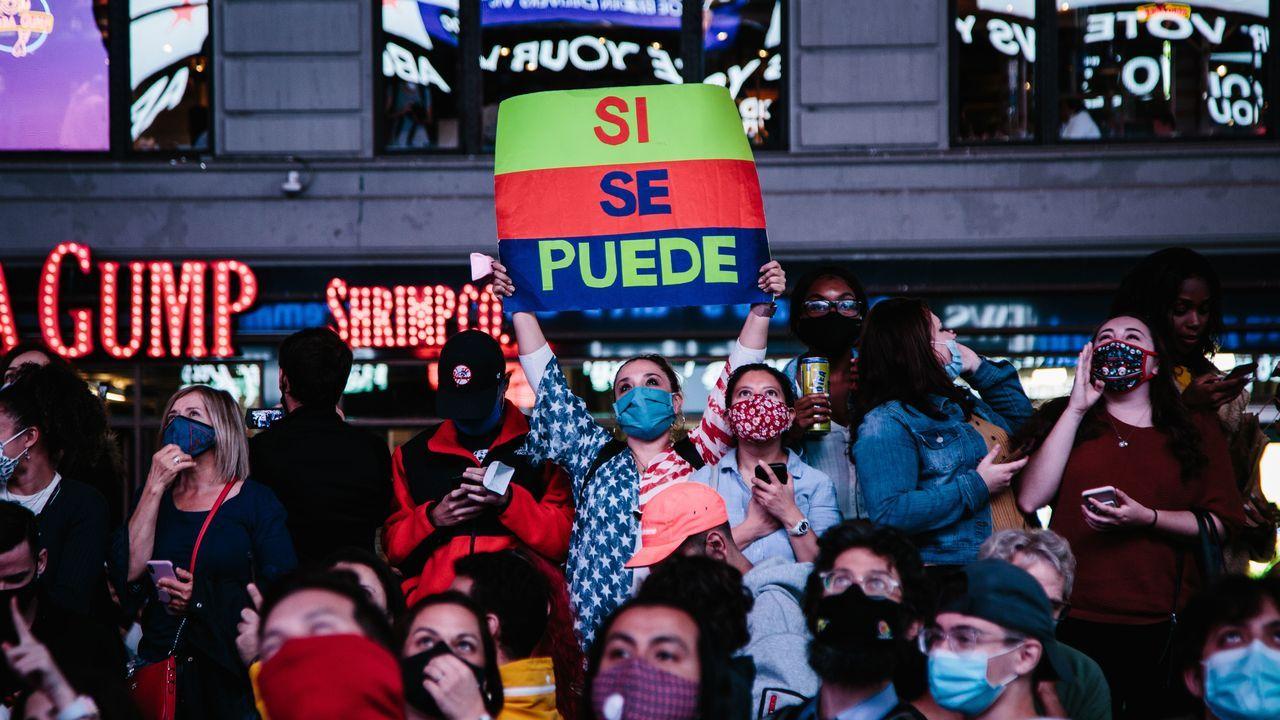 Los seguidores de Biden, durante las celebracion del tirunfo en la noche local del sábado en Timer Square (Nueva York)