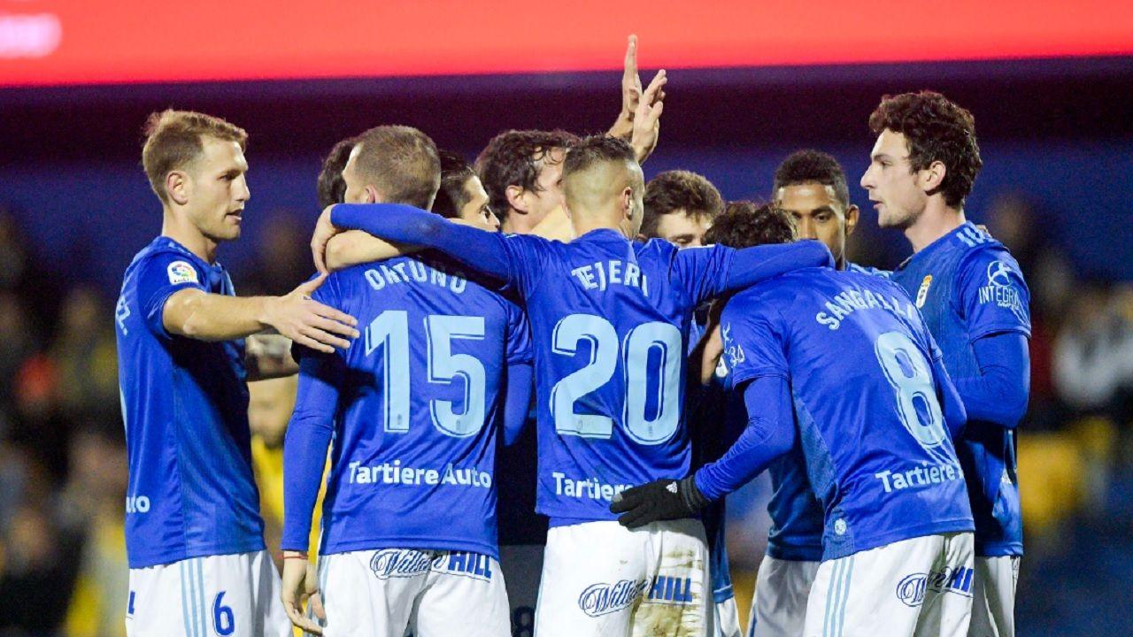 Los futbolistas del Real Oviedo celebran el primer gol ante el Alcorcón