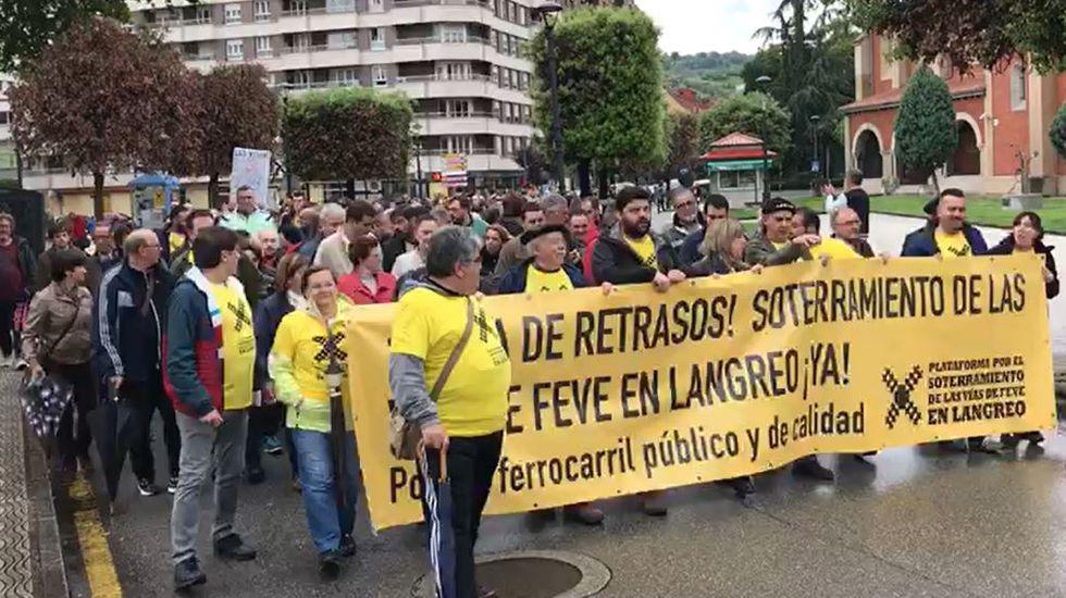 Manifestación por el soterramiento de las vías de Feve en Langreo.El puente atirantado de Sama de Langreo