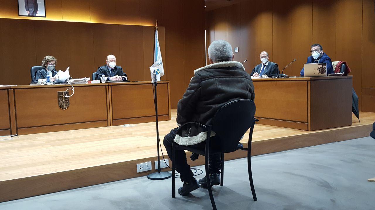 Concierto de fin de curso en el Conservatorio de Carballo: las imágenes.El argetino Franco Fasoli, avanzando ayer en su trabajo en la rúa Río Miño con Río Sil