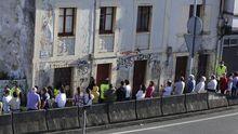 Protesta de vecinos ante una casa okupada en Perillo (Oleiros)