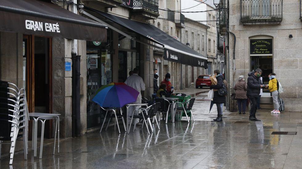 Sanitarios de Ourense alertan sobre la saturación hospitalaria y apelan al autoconfinamiento.A partir del jueves la hostelería de Xinzo no podrá servir tampoco en la terraza