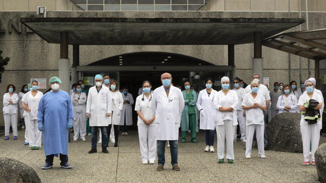 «Estamos aquí».La plantilla del Hospital do Salnés, el pasado mes de mayo, guardando un minuto de silencio por los sanitarios muertos en la pandemia