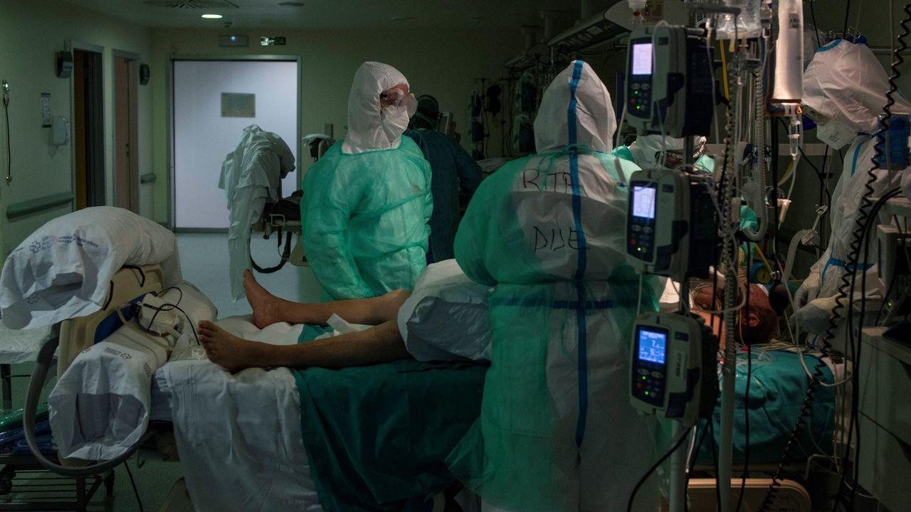 Quirófano habilitado para atención de críticos covid-19 en el CHUO.Olga Parro en su primer día de la vacuna anticovid en Vigo