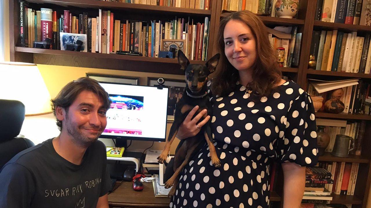Guillermo Caña y Maeve Doyle, en su casa de Asturias donde han vuelto para teletrabajar desde su tierra natal