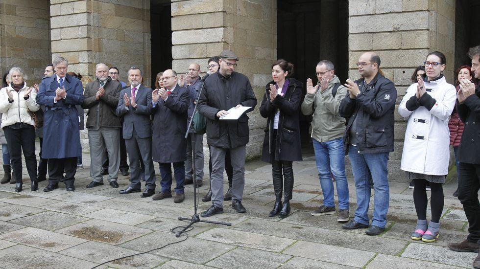 Una Dj ofrece su tarjeta a Feijoo.Varias ciudades gallegas han acogido actos reivindicativos para hacer hincapié en el papel de la mujer y en la necesidad de igualdad desde el ámbito municipal.