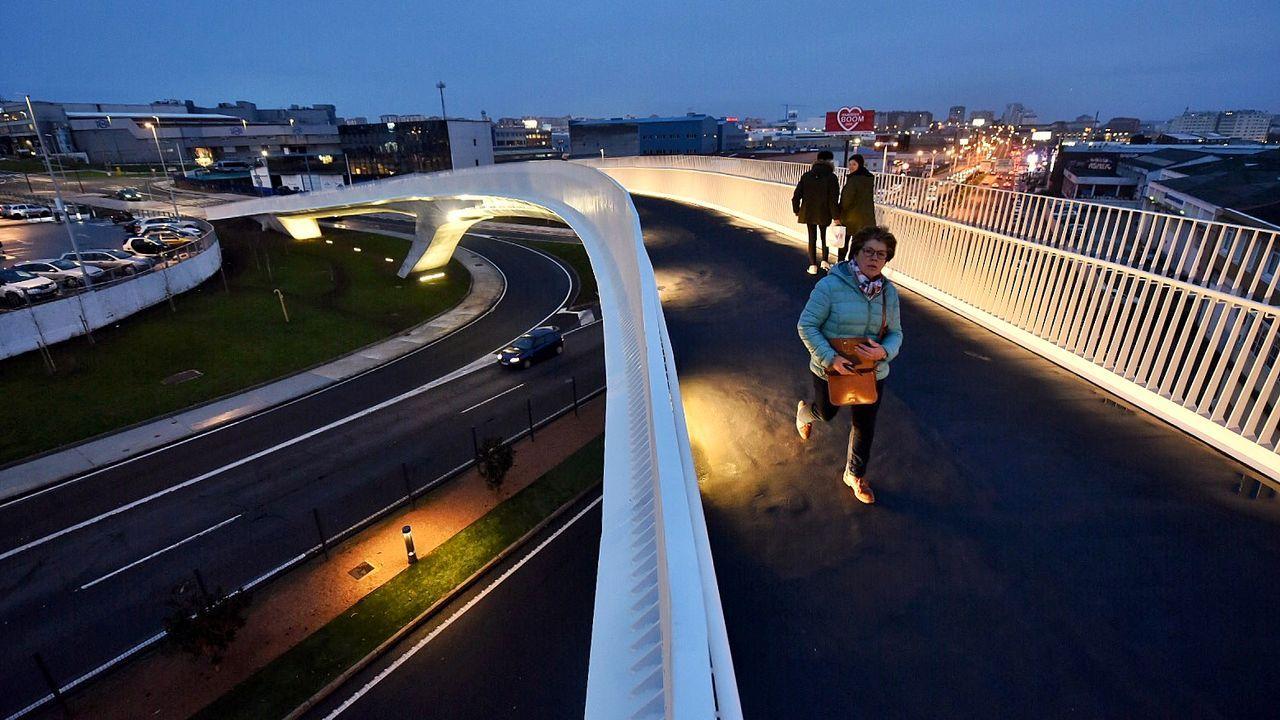 La pasarela de Marineda ya cuenta con sus primeras pisadas.Obras de la línea de Alta Velocidad en Ourense