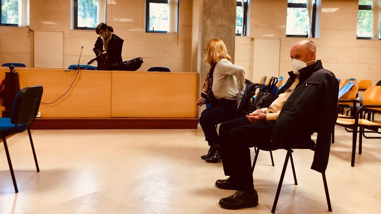 Aniceto Alonso y su mujer, María del Carmen Suárez, en el juicio en la Audiencia Provincial en el que se les acusa de estafar dinero a siete personas con unas supuestas inversiones