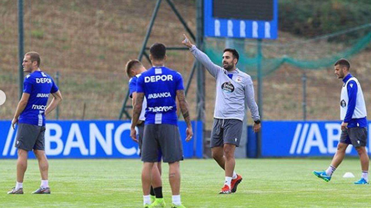 Roberto Robles dirigiendo un entrenamiento en el Deportivo