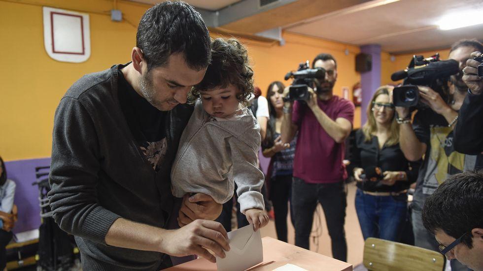Normalidad en la apertura de las mesas. Imagen de un votante en un colegio de Barcelona
