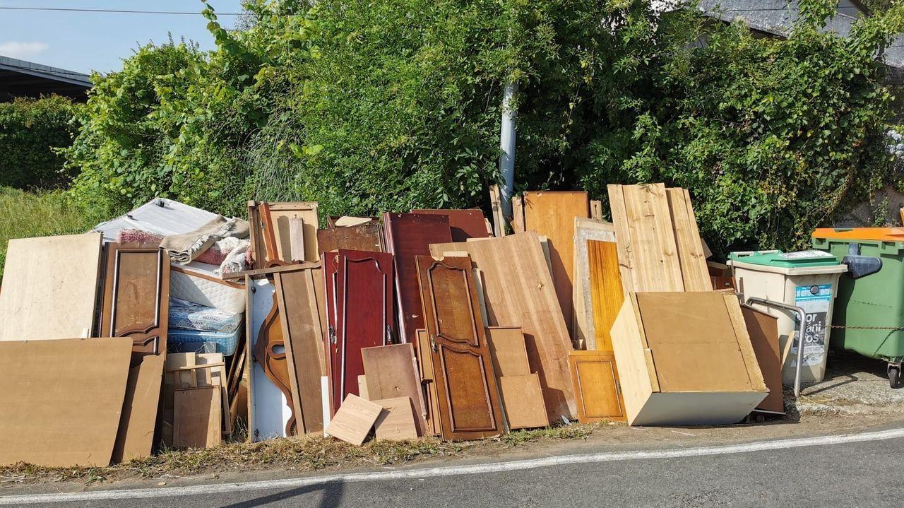 El vertido, con restos de muebles y madera, está en la carretera de Cabrois