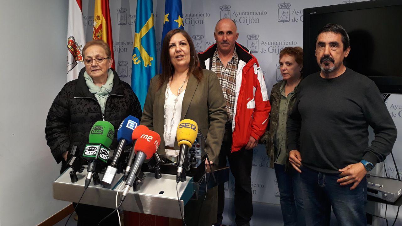 La concelaja del PSOE, Marina Pineda, junto a representantes de los propietarios afectados por la demora de las ayudas a la rehabilitación de fachadas