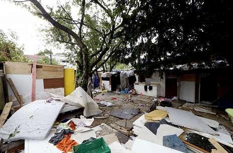 Una parte del campamento cerca de París en el que vivía el joven gitano atacado.
