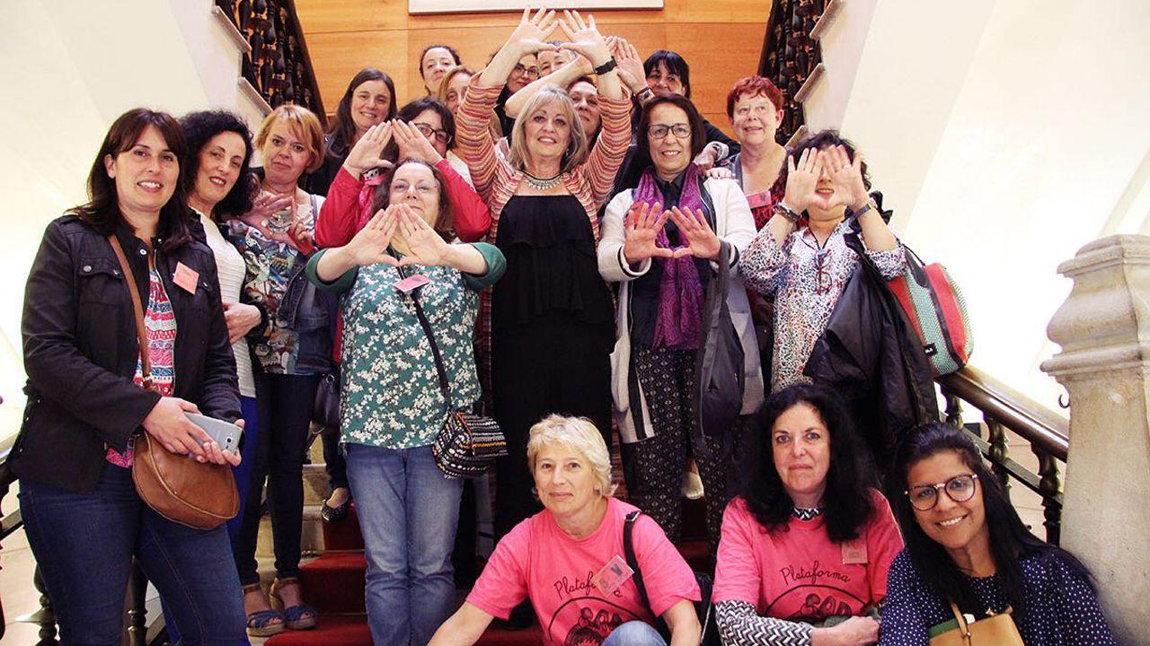 Blanca Cañedo, en el centro, con un grupo de feministas, tras recibir el respaldo del pleno de Gijón