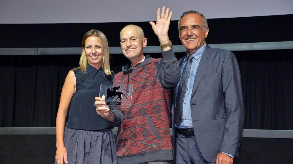 El realizador estadounidense Jonathan Demme, junto al director de la Mostra, Alberto Barbera y la directora de Global Luxuri Brands, Laura Dioni, recibe el premio Persol al Talento Visionario durante la 72 edición del Festival de Cine de Venecia.