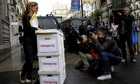 Elena Alfaro entregó 265.000 firmas de apoyo a su iniciativa en el Ministerio de Educación.
