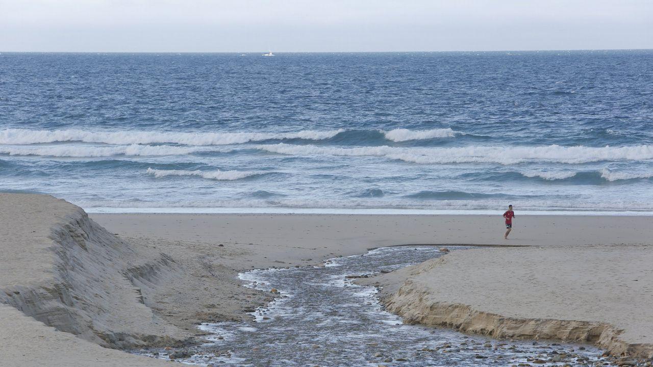 El mar devora el litoral de Razo