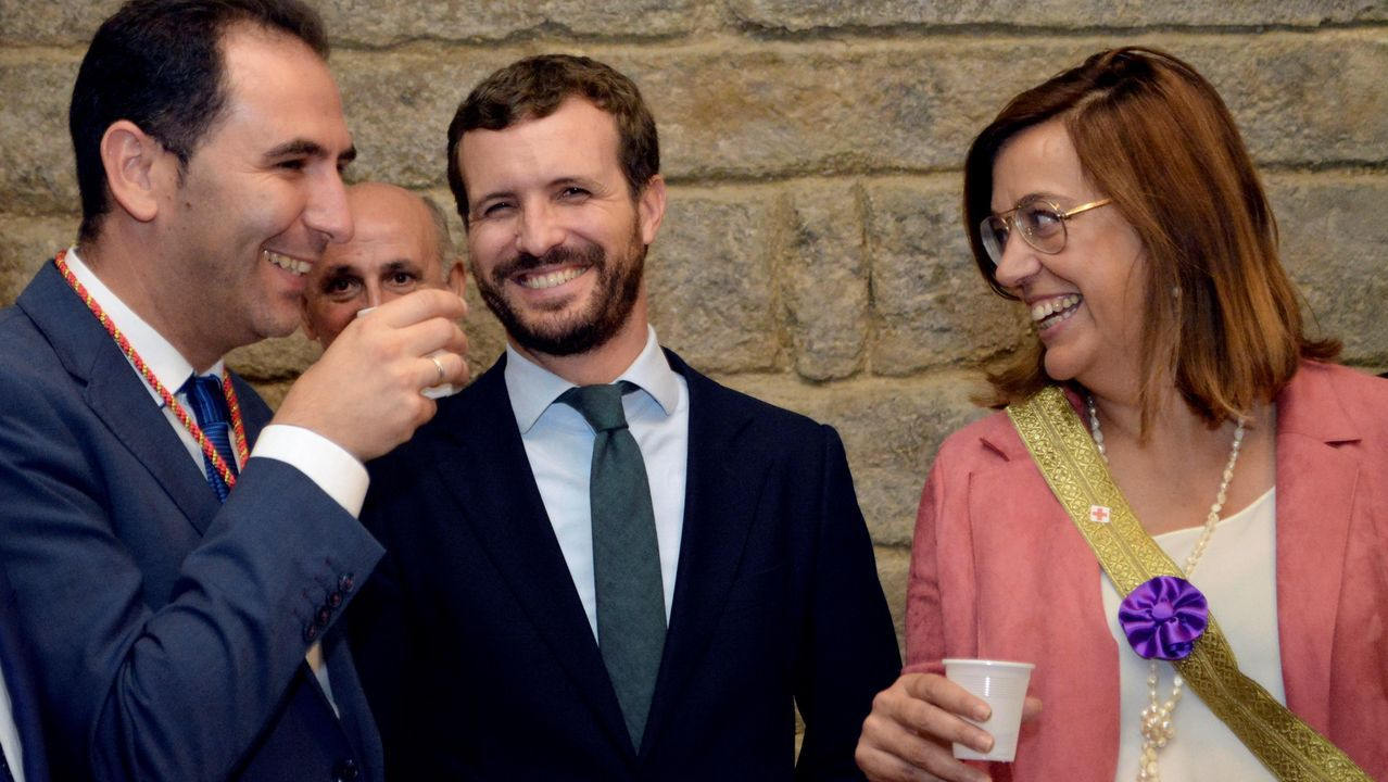 Pablo Casado, entre el alcalde y la presidenta de la Diputación de Palencia, en cuya catedral cumplió con la tradición de beber agua en la cripta de san Antolín