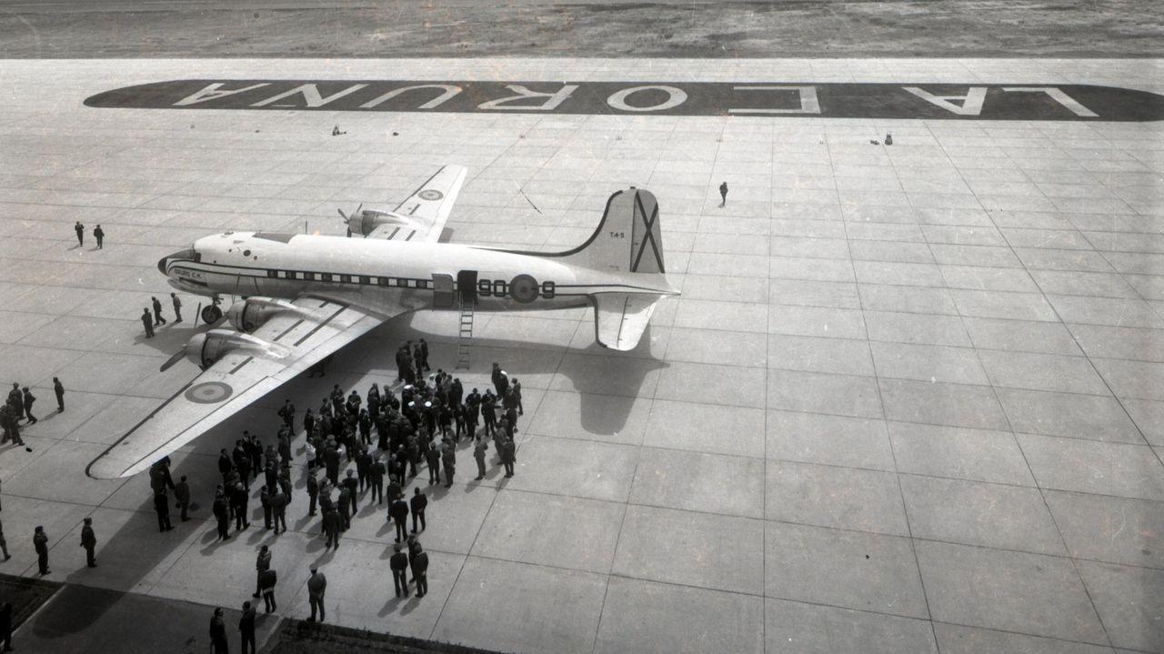 Un DC-4 del Ministerio del Aire trasladó a A Coruña a las autoridades franquistas, pilotado por el teniente coronel Emilio García Conde, profesor del entonces príncipe Juan Carlos y futuro jefe de Estado Mayor del Ejército del Aire, según recogió en una información el periodista Carlos Fernández.