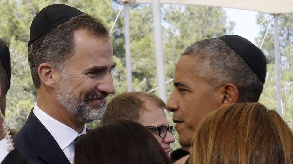 El rey Felipe conversa con Obama en un momento de la ceremonia