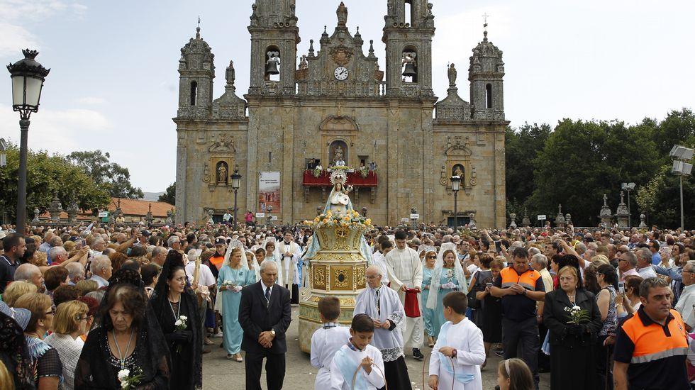 Multitudinaria procesión de Os Milagros en el santuario de Monte Medo en Baños de Molgas