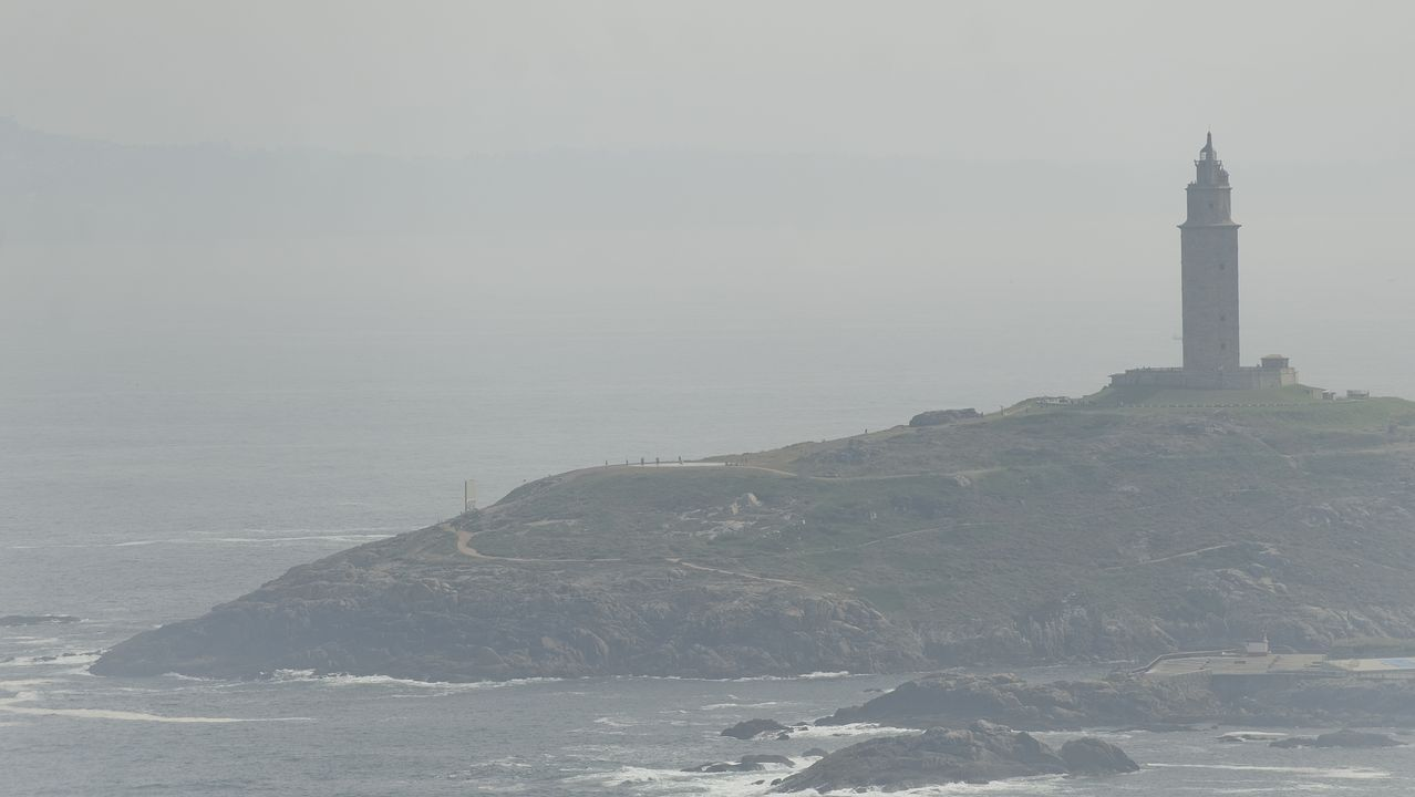 La calima cubrió el cielo de A Coruña durante todo el día de ayer