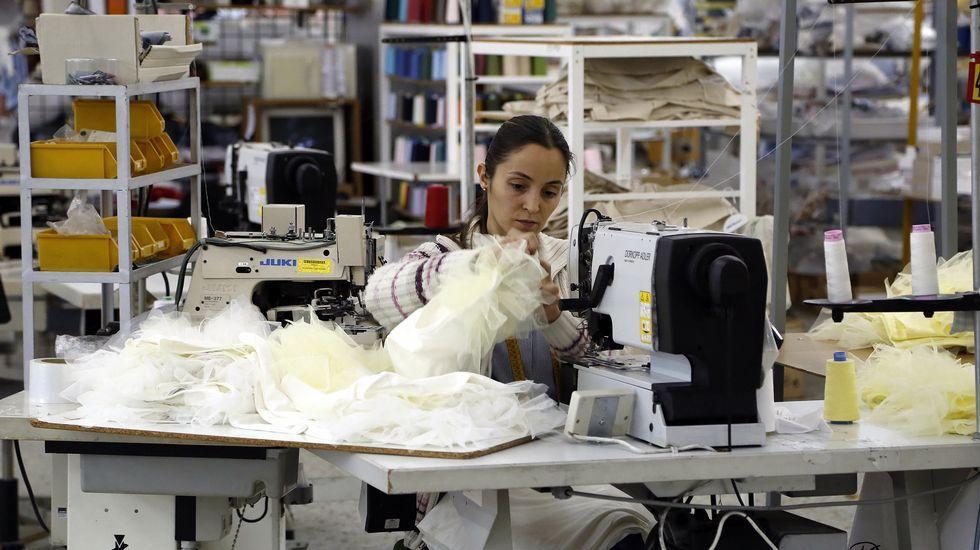 Trabajadora en la fábrica de Pili Carrera en Mos