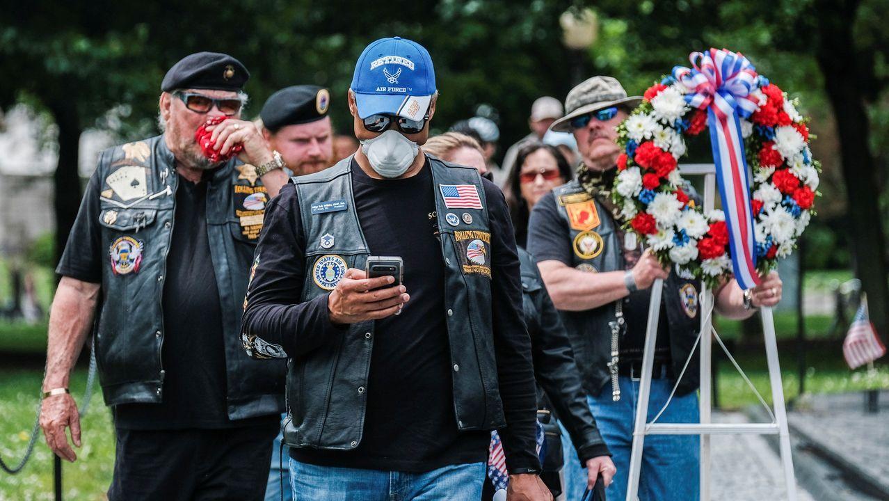 Veteranos de Vietnam, algunos con mascarilla, celebrando el Memorial Day en Estados Unidos
