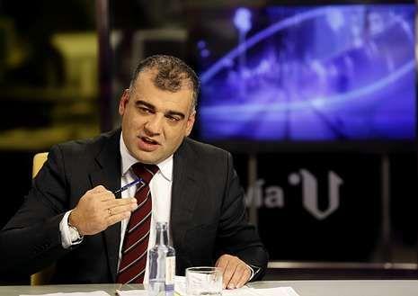 Pablo González anunció ayer en V Televisión que la subida de su sueldo será 500 euros menos de lo previsto.