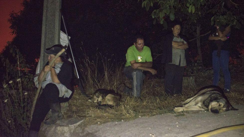 La propietaria de la casa que ardió en Trives (segunda por la derecha en la foto)