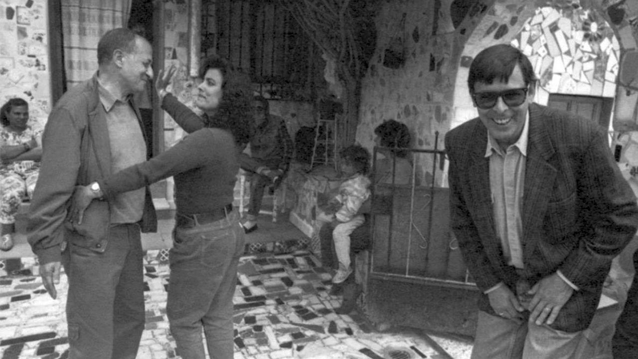 Cementerios singulares de Ourense.Valente bromea, entre bailes, con su amigo Juan Goytisolo, en una imagen tomada en 1995 en el popular barrio almeriense de La Chanca
